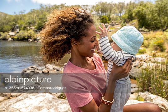 Porträt Babysitter und Baby - p1355m1574038 von Tomasrodriguez