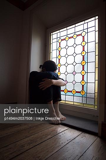 am Fenster - p1494m2037508 von Inkje Drescher