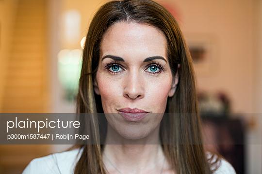 Portrait of smiling woman - p300m1587447 von Robijn Page