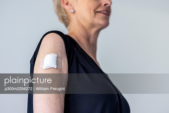 Mature woman with adhesive bandage on shoulder - p300m2294272 by William Perugini