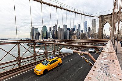 USA, New York City, traffic on Brooklyn Bridge - p300m1450036 by Daniel Waschnig Photography