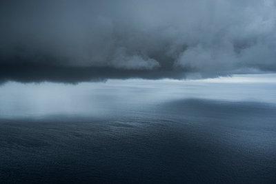 Malediven Sturm - p798m1031635 von Florian Loebermann