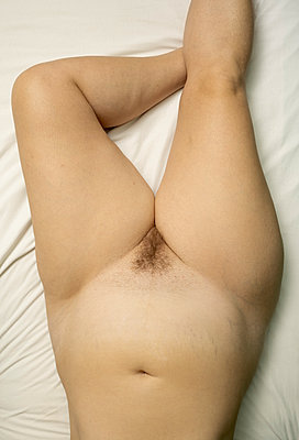 Fat woman lying on bed - p1132m2259048 by Mischa Keijser