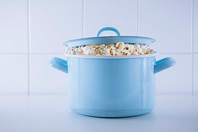 Popcorn quillt aus Kopftopf - p1149m1550327 von Yvonne Röder