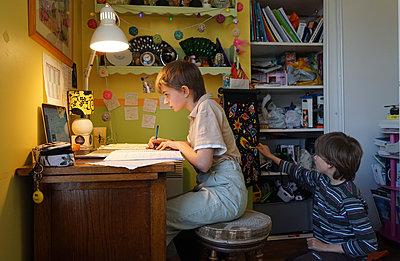 Home schooling during lockdown - p1610m2260896 by myriam tirler