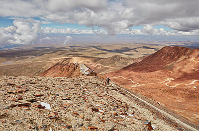 Mother and son, trekking across landscape, Chacaltaya, La Paz, Bolivia, South America - p429m1557408 by Stephen Lux