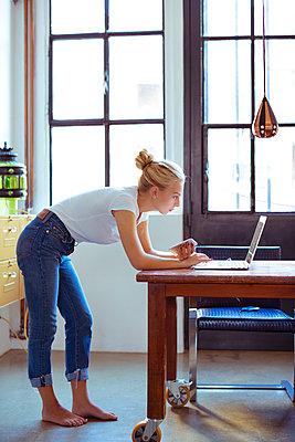Junge Frau im Home Office - p432m1190826 von mia takahara