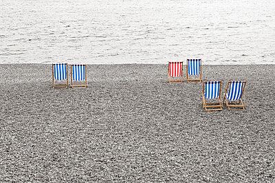 Liegestühle am Strand von Brighton - p4903209 von Daniel Sambraus