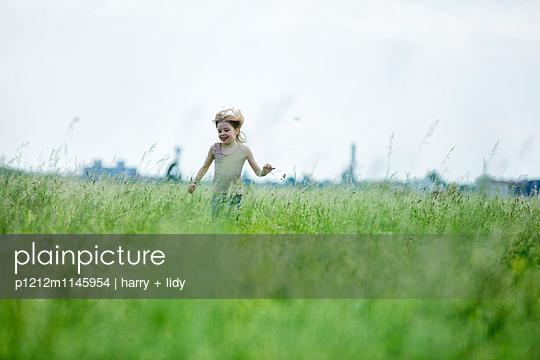 Mädchen rennt durch die Wiese - p1212m1145954 von harry + lidy
