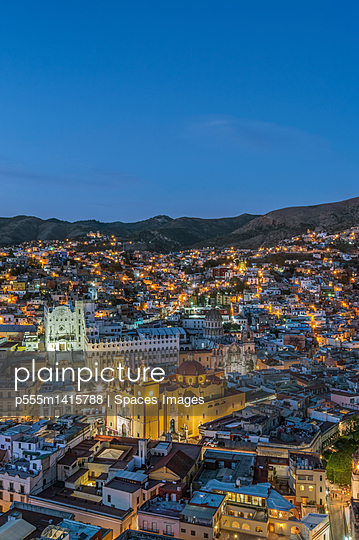 plainpicture | Photo library for authentic images - plainpicture p555m1415788 - Aerial view of Guanajuato c... - plainpicture/Blend Images/Spaces Images
