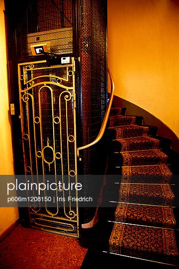 Gitterfahrstuhl - p606m1208150 von Iris Friedrich