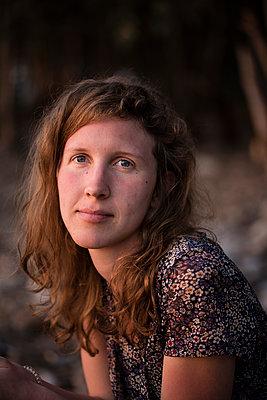 Junge Frau, Porträt - p1046m1138226 von Moritz Küstner