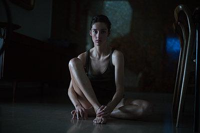 Frau auf dem Fußboden sitzend - p1321m2013771 von Gordon Spooner