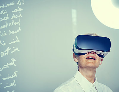 Senior woman wearing Virtual Reality Glasses - p300m1153587 by Dieter Schewig