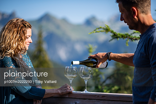 Young couple takes wine on the restaurant terrace - p1007m2222293 by Tilby Vattard