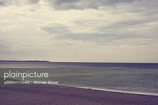 Blick auf stille See - p900m1172480 von Michael Moser