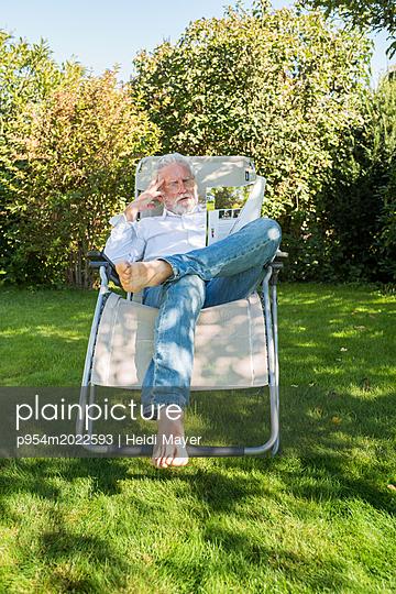 Lesen im Garten - p954m2022593 von Heidi Mayer