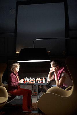 Mutter und Tochter spielen Schach mit Märchenfiguren, Hotel Kranzbach, Klais, Bayern, Deutschland - p1316m1160480 von Enno Kapitza