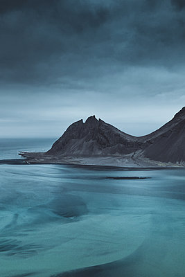 Glacial rivers and sharp mountains in East Iceland - p1634m2210376 by Dani Guindo