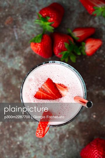Fresh strawberries and glassof strawberry smoothie - p300m2287700 by Giorgio Fochesato