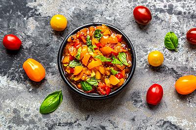 Bowl of tomato basil dip - p300m2013026 von Sandra Roesch