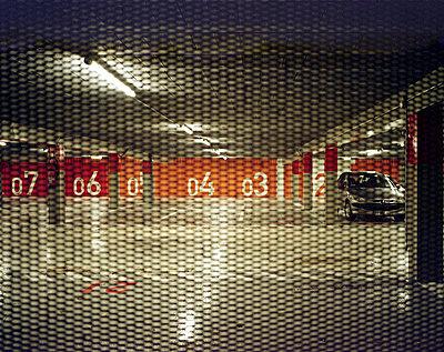 Auto im Parkhaus - p9110442 von Benoît Chailleux