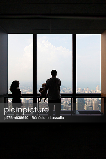 Looking out of the window - p756m938640 by Bénédicte Lassalle