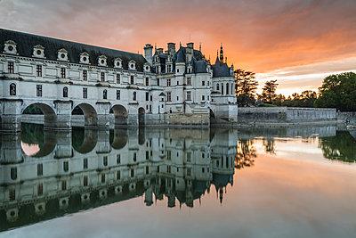 Chenonceau castle reflected on the Loire at sunset, Chenonceaux, Indre-et-Loire, Loire Valley, Centre, France, Europe - p871m1448372 by francesco vaninetti