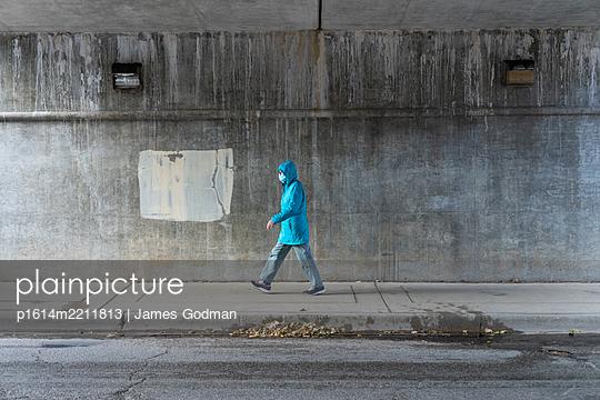 Woman walking on an urban sidewalk - p1614m2211813 by James Godman