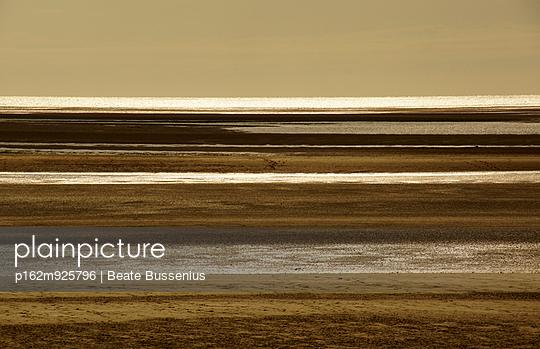 Strand in Regneville-Sur-Mer an der Normandie - p162m925796 von Beate Bussenius