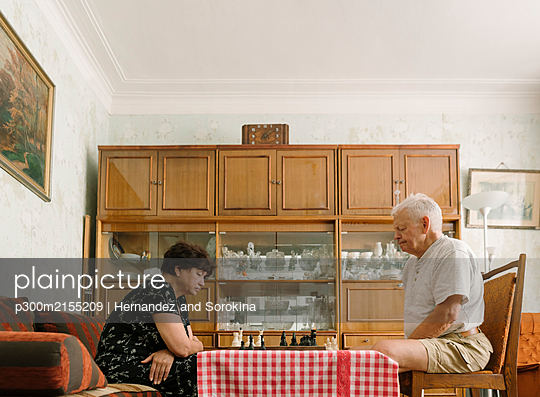 Senior couple playing chess at home - p300m2155209 by Hernandez and Sorokina