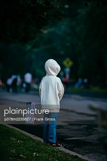 Boy holding flag - p378m2235827 by Frank Gross