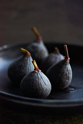 Figs on black plate - p429m1106816f by Diana Miller