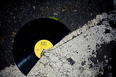 Kaputte Platte - p946m694730 von Maren Becker