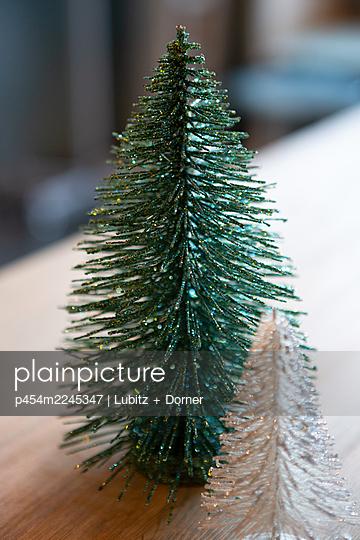 Sparkling Christmas tree - p454m2245347 by Lubitz + Dorner