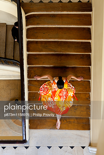 Frau auf einer Treppe - p873m1158976 von Philip Provily