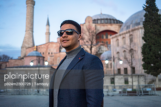 Turkey, Istanbul, Portrait of man in front of Hagia Sophia - p924m2300728 by Tamboly