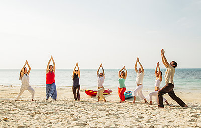 Thailand, Koh Phangan, group of people doing yoga on a beach - p300m1568319 by Mosuno Media