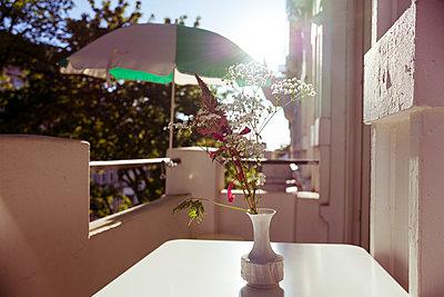 Gestreifter Sonnenschirm auf Balkon - p432m1589032 von mia takahara