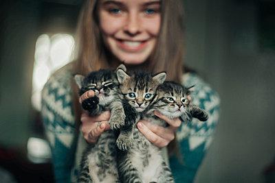 Caucasian woman holding kittens - p555m1481907 by Vladimir Serov