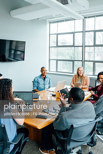 Business people smiling in meeting - p555m1503968 by FS Productions