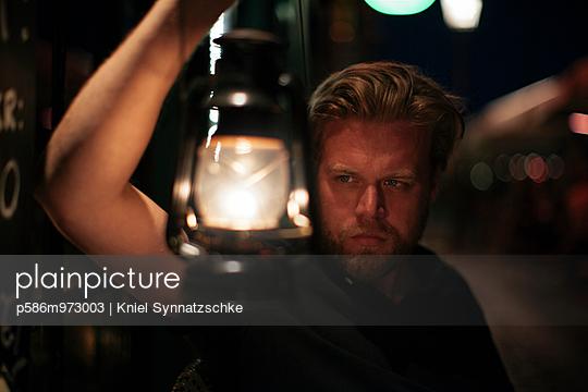 Mann hält eine Öllampe in der Hand - p586m973003 von Kniel Synnatzschke