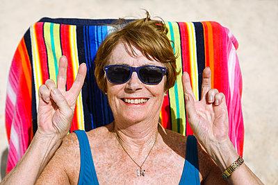 Glückliche Oma am Strand - p045m2147934 von Jasmin Sander