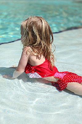 Mädchen im Pool - p045m901186 von Jasmin Sander