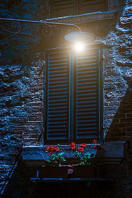 Fensterladen nachts - p1275m2107435 von cgimanufaktur