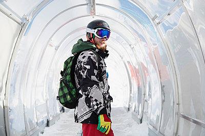 Portrait of snowboarder in ski run tunnel - p429m1519427 by Guido Cavallini