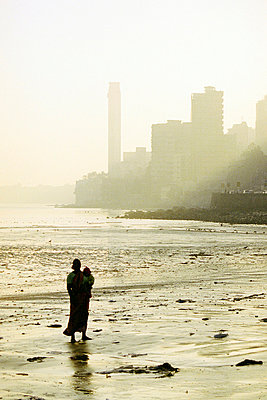 Woman with child at Chowpatty Beach - p4902770 by Jan Mammey
