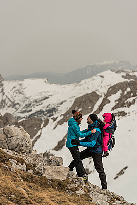 Couple embracing on mountain peak - p081m1137258 by Alexander Keller