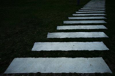 Stufen in grünem Rasen - p1180m1017237 von chillagano