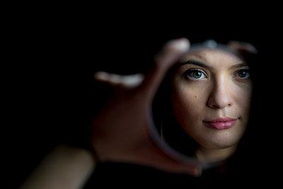 Junge Frau im Spiegel - p1212m1526005 von harry + lidy